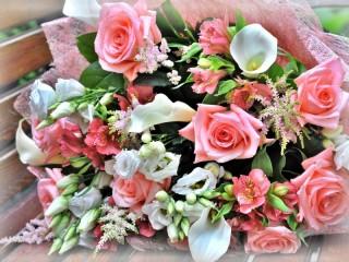 Собирать пазл Розово-белый букет  онлайн