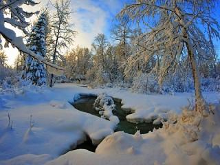 Собирать пазл Ручей зимой онлайн