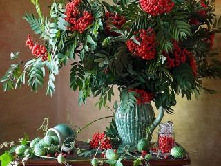 Собирать пазл Рябина в вазе онлайн