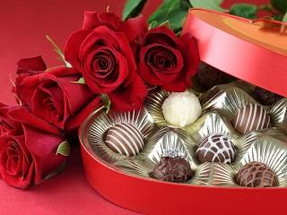 Собирать пазл Конфеты и розы онлайн