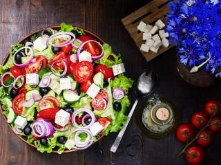 Собирать пазл Салат и цветы онлайн