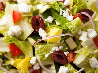 Собирать пазл Салат с фетой онлайн