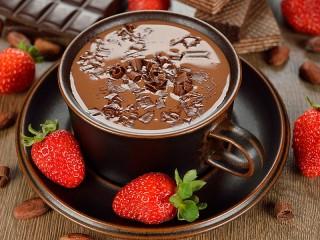 Собирать пазл Шоколад с клубникой онлайн