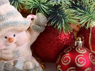 Собирать пазл Снеговичок под елкой онлайн