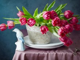 Собирать пазл Статуэтка и тюльпаны онлайн