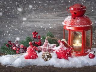Собирать пазл Свеча на снегу онлайн