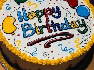 Собирать пазл Торт в день рождения онлайн