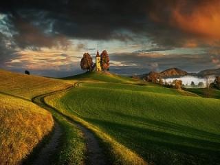 Собирать пазл Церковь на холме онлайн