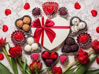 Собирать пазл Цветы и конфеты онлайн