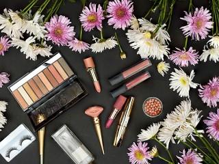 Собирать пазл Цветы и косметика онлайн