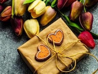 Собирать пазл Цветы и подарок онлайн