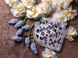 Собирать пазл Цветы и валентинка онлайн