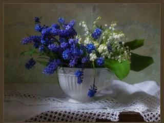 Собирать пазл Цветы в белой кружке онлайн