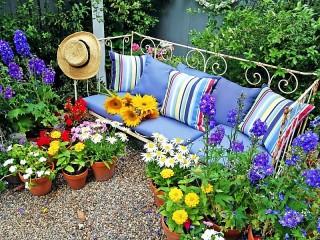 Собирать пазл Цветник у дивана онлайн
