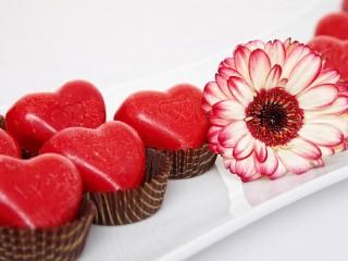 Собирать пазл Цветок и коефеты онлайн