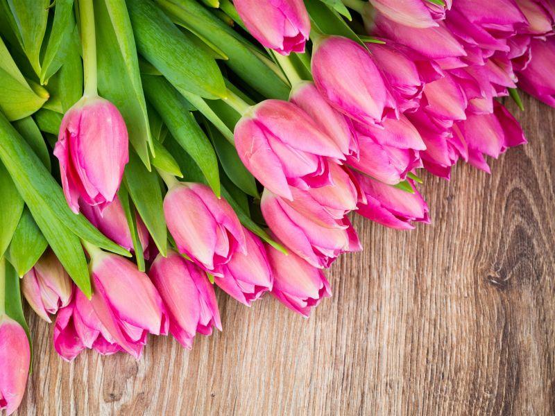 Пазл Собирать пазлы онлайн - Тюльпаны на столе