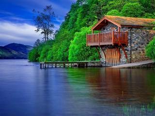 Собирать пазл У синего озера онлайн