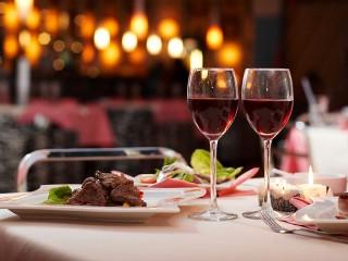 Собирать пазл Ужин в ресторане онлайн