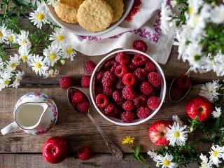 Собирать пазл Вазочка малины онлайн