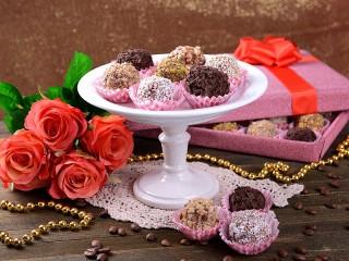 Собирать пазл Вазочка с конфетами онлайн