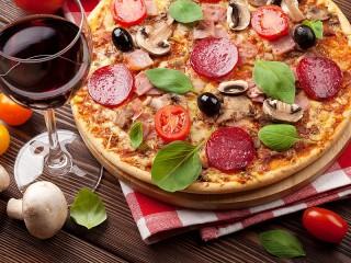 Собирать пазл Вино и пицца онлайн