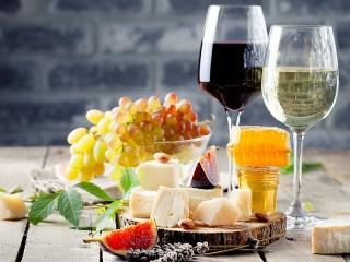 Собирать пазл Вино и закуска онлайн