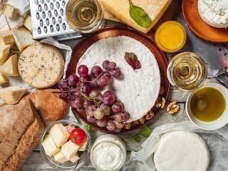 Собирать пазл Виноград на сыре онлайн