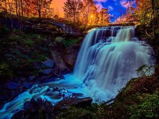 Собирать пазл Водопад в лучах заката онлайн