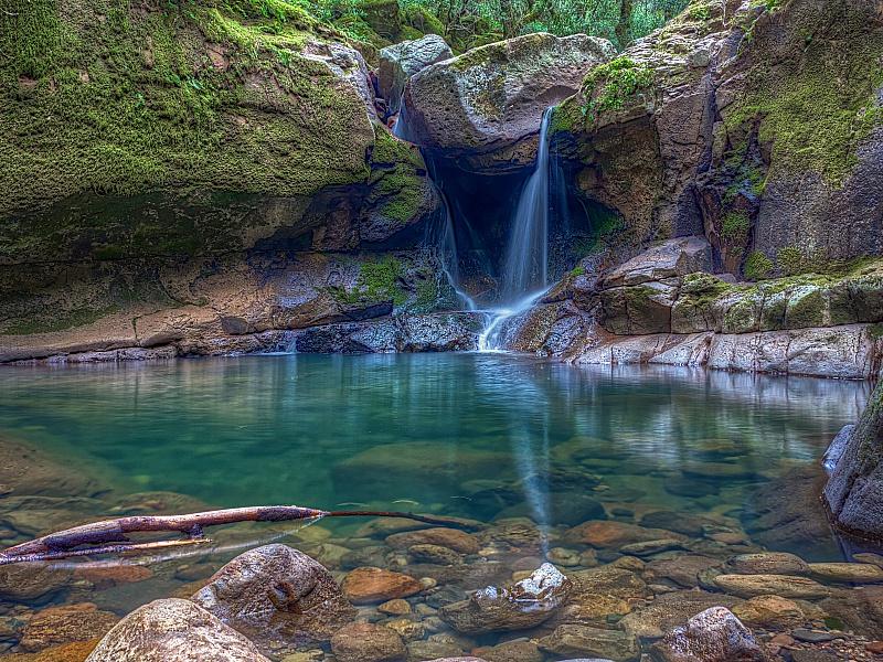 Пазл Собирать пазлы онлайн - Водопад в скалах