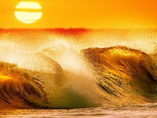 Собирать пазл Волны на закате онлайн