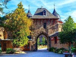Собирать пазл Ворота замка Зацвай онлайн