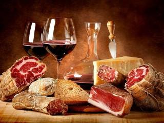 Собирать пазл Вино и мясо онлайн