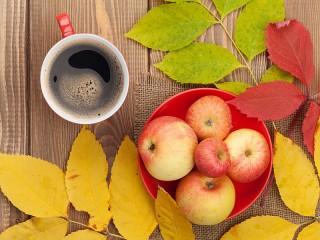 Собирать пазл Яблоки и кофе онлайн
