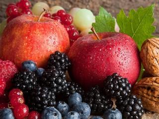 Собирать пазл Яблоки и ягоды онлайн