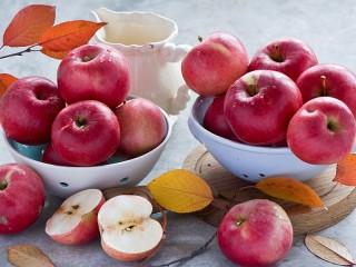 Собирать пазл Яблоки на столе онлайн