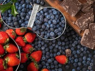 Собирать пазл Ягоды и шоколад онлайн