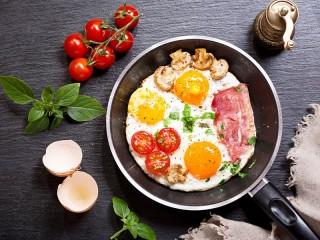Собирать пазл Яичница с помидорами онлайн