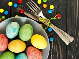 Собирать пазл Яйца и драже онлайн