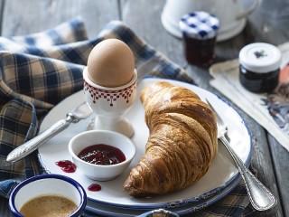 Собирать пазл Яйцо и круассан онлайн