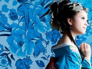 Собирать пазл Японка в синем онлайн