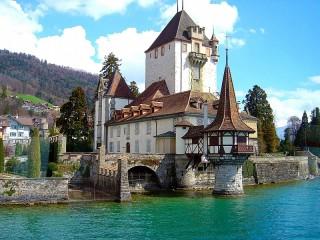 Собирать пазл Замок на реке онлайн