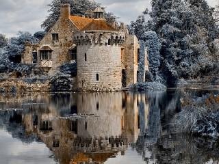 Собирать пазл Замок на воде онлайн