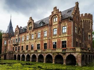 Собирать пазл Замок с арками онлайн