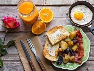 Собирать пазл Завтрак и цветок онлайн