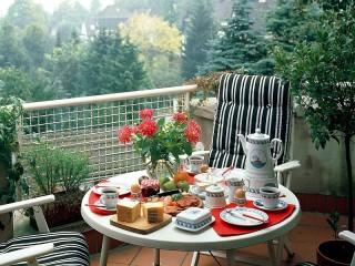 Собирать пазл Завтрак на балконе онлайн