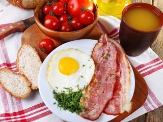 Собирать пазл Завтрак с беконом онлайн