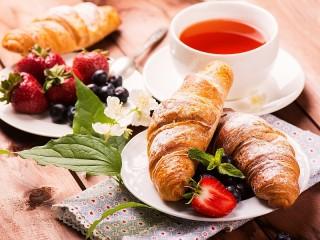 Собирать пазл Завтрак с клубникой онлайн