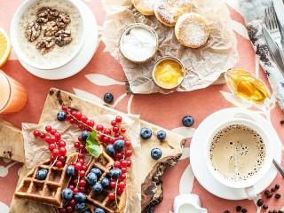 Собирать пазл Завтрак с вафлями онлайн