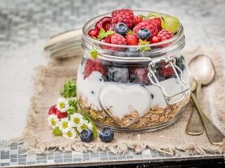 Собирать пазл Завтрак с ягодами онлайн