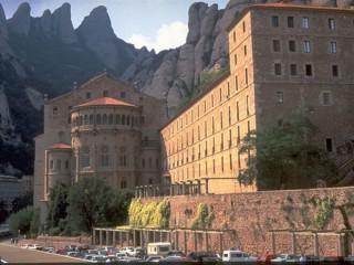 Собирать пазл Здание и горы онлайн